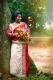 Νέα ινδική νύφη Χαρακτηριστικές ινδικές νυφικές γυναίκες Saree φορεμάτων Στοκ Φωτογραφία