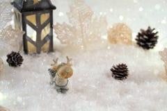 Νέα κάρτα έτους με τα ελάφια παιχνιδιών σε ένα δάσος νεράιδων στο χειμερινό υπόβαθρο Στοκ Φωτογραφίες