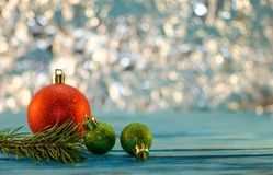 Νέα κάρτα έτους με τα παιχνίδια, snowflakes, αιφνιδιαστικό κιβώτιο Στοκ εικόνες με δικαίωμα ελεύθερης χρήσης