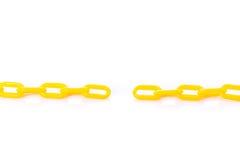 Νέα κίτρινη πλαστική αλυσίδα beeing έννοιας λευκό τεχνολογίας συνδέσμων απομονωμένο εστίαση καλυμμένο στούντιο Στοκ Φωτογραφίες