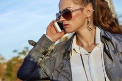 Νέα καθιερώνουσα τη μόδα γυναίκα που μιλά στο smartphone κοντά στον πύργο του Άιφελ Στοκ εικόνες με δικαίωμα ελεύθερης χρήσης