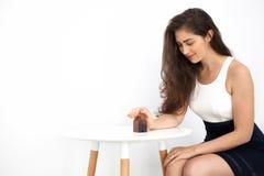 Νέα και έξυπνη όμορφη καυκάσια γυναίκα που προστατεύει και που φροντίζει το μικροσκοπικό σπίτι Στοκ φωτογραφία με δικαίωμα ελεύθερης χρήσης