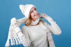 Νέα και ελκυστική γυναίκα σε ένα πλεκτό πουλόβερ Για να φορέσει ένα μαντίλι στο λαιμό Στοκ Εικόνες