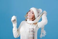 Νέα και ελκυστική γυναίκα σε ένα πλεκτό πουλόβερ Για να φορέσει ένα μαντίλι στο λαιμό Στοκ εικόνα με δικαίωμα ελεύθερης χρήσης