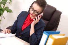 Νέα και ελκυστική εργασία επιχειρησιακών γυναικών στην αρχή Στοκ Εικόνα