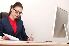 Νέα και ελκυστική εργασία επιχειρησιακών γυναικών στην αρχή Στοκ φωτογραφία με δικαίωμα ελεύθερης χρήσης