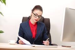 Νέα και ελκυστική εργασία επιχειρησιακών γυναικών στην αρχή Στοκ εικόνες με δικαίωμα ελεύθερης χρήσης