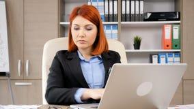 Νέα και επιτυχής δακτυλογράφηση επιχειρηματιών στο lap-top απόθεμα βίντεο
