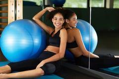 νέα και υγιής γυναίκα που απολαμβάνει το χρόνο στη γυμναστική Στοκ εικόνα με δικαίωμα ελεύθερης χρήσης