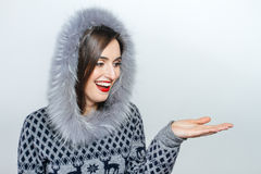 Νέα και όμορφη γυναίκα που κρατά ένα συμπαθητικό χριστουγεννιάτικο δώρο συγκίνηση χεριών Στοκ Εικόνα