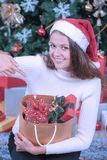 Νέα και όμορφη καυκάσια γυναίκα στην κόκκινη τσάντα ο καπέλων και εκμετάλλευσης στοκ φωτογραφίες με δικαίωμα ελεύθερης χρήσης