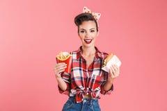 Νέα καρφίτσα-επάνω τηγανιτές πατάτες και burger εκμετάλλευσης γυναικών Στοκ φωτογραφία με δικαίωμα ελεύθερης χρήσης