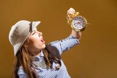 Νέα κατάπληκτη γυναίκα pith στο ξυπνητήρι εκμετάλλευσης κρανών Στοκ φωτογραφία με δικαίωμα ελεύθερης χρήσης