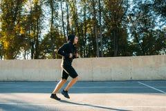 Νέα κατάρτιση αθλητικών τύπων στο υπαίθριο στάδιο Στοκ Εικόνα