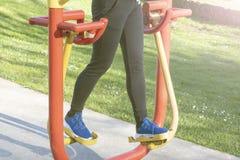 Νέα κατάρτιση γυναικών με τον εξοπλισμό άσκησης σε ένα δημόσιο πάρκο στοκ εικόνα με δικαίωμα ελεύθερης χρήσης