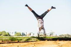 Νέα κατάλληλη γυναίκα που κάνει την απλή άσκηση acrobatics Στοκ φωτογραφία με δικαίωμα ελεύθερης χρήσης