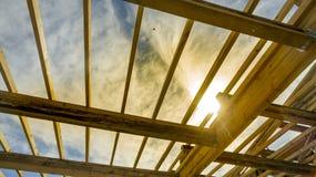 Νέα κατασκευή ενός σπιτιού ενάντια στο ηλιοβασίλεμα Στοκ φωτογραφία με δικαίωμα ελεύθερης χρήσης