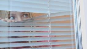 Νέα κατασκόπευση γυναικών, που κρυφοκοιτάζει μέσω των τυφλών στο σπίτι της απόθεμα βίντεο