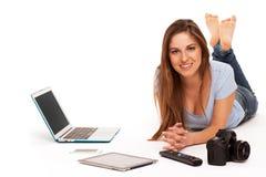 Νέα καυκάσια γυναίκα με τις ηλεκτρονικές συσκευές Στοκ Εικόνες