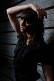 Νέα καυκάσια γυναίκα που θέτει τη νύχτα Στοκ φωτογραφία με δικαίωμα ελεύθερης χρήσης