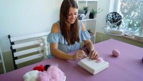 Νέα καυκάσια γυναίκα που κατασκευάζει το μαλλί το ξηρό σεμινάριο πίλησης απόθεμα βίντεο