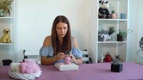 Νέα καυκάσια γυναίκα που κατασκευάζει το μαλλί το ξηρό σεμινάριο πίλησης φιλμ μικρού μήκους