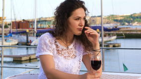 Νέα καυκάσια γυναίκα που πίνει το κόκκινο κρασί απόθεμα βίντεο