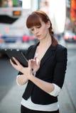 Νέα καυκάσια γυναίκα που χρησιμοποιεί το PC ταμπλετών Στοκ Φωτογραφίες