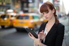 Νέα καυκάσια γυναίκα που χρησιμοποιεί το PC ταμπλετών Στοκ εικόνα με δικαίωμα ελεύθερης χρήσης