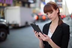 Νέα καυκάσια γυναίκα που χρησιμοποιεί το PC ταμπλετών Στοκ εικόνες με δικαίωμα ελεύθερης χρήσης