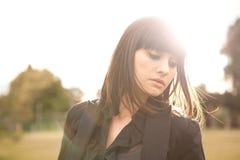 Νέα καυκάσια γυναίκα σε ένα πάρκο με το μαλακό φως Στοκ Φωτογραφία