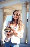 Νέα καυκάσια γυναίκα σπουδαστής με τα βιβλία στην πανεπιστημιούπολη Στοκ φωτογραφίες με δικαίωμα ελεύθερης χρήσης