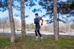 Νέα καυκάσια κατάρτιση ατόμων δρομέων στο χειμερινό πάρκο Στοκ φωτογραφία με δικαίωμα ελεύθερης χρήσης