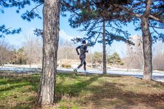 Νέα καυκάσια κατάρτιση ατόμων δρομέων στο χειμερινό πάρκο στοκ φωτογραφία