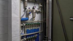Νέα καυκάσια πόρτα καθρεφτών ατόμων ανοικτή και κλεισμένος στην κύρια βαλβίδα ανεφοδιασμού κρύου νερού φιλμ μικρού μήκους