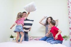 Νέα καυκάσια τετραμελής οικογένεια που έχει μια πάλη Στοκ εικόνα με δικαίωμα ελεύθερης χρήσης