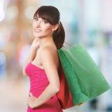 Νέα καλή γυναίκα με τις τσάντες αγορών Στοκ Εικόνες