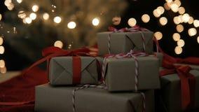 Νέα κιβώτια δώρων έτους και Χριστουγέννων με τα φω'τα bokeh απόθεμα βίντεο
