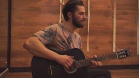 Νέα κιθάρα παιχνιδιού τύπων closeup φιλμ μικρού μήκους