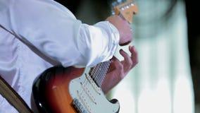 Νέα κιθάρα παιχνιδιού μουσικών στο γάμο απόθεμα βίντεο