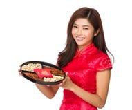 Νέα κινεζική λαβή κοριτσιών με το δίσκο πρόχειρων φαγητών Στοκ Εικόνα