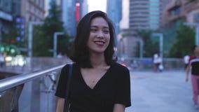 Νέα κινεζική γυναίκα που περπατά στην οδό πόλεων απόθεμα βίντεο
