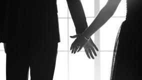 Νέα κομψά ενώνοντας χέρια ζευγών από κοινού φιλμ μικρού μήκους