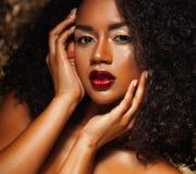Νέα κομψή γυναίκα αφροαμερικάνων με την τρίχα afro Γοητεία makeup ανασκόπηση χρυσή Στοκ Φωτογραφίες