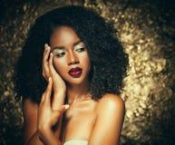 Νέα κομψή γυναίκα αφροαμερικάνων με την τρίχα afro Γοητεία makeup ανασκόπηση χρυσή στοκ εικόνα με δικαίωμα ελεύθερης χρήσης