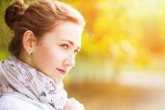 Νέα κομψή γυναίκα που στέκεται στο πάρκο φθινοπώρου Στοκ Φωτογραφίες