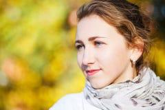 Νέα κομψή γυναίκα που στέκεται στο πάρκο φθινοπώρου Στοκ Φωτογραφία