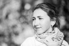 Νέα κομψή γυναίκα που στέκεται στο πάρκο φθινοπώρου Στοκ εικόνα με δικαίωμα ελεύθερης χρήσης