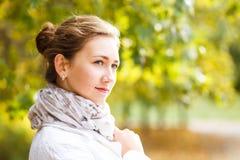 Νέα κομψή γυναίκα που στέκεται στο πάρκο φθινοπώρου Στοκ εικόνες με δικαίωμα ελεύθερης χρήσης