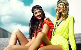 Νέα κορίτσια γυναικών χίπηδων στη θερινή ηλιόλουστη ημέρα στο φωτεινό ζωηρόχρωμο ύφασμα Στοκ εικόνες με δικαίωμα ελεύθερης χρήσης